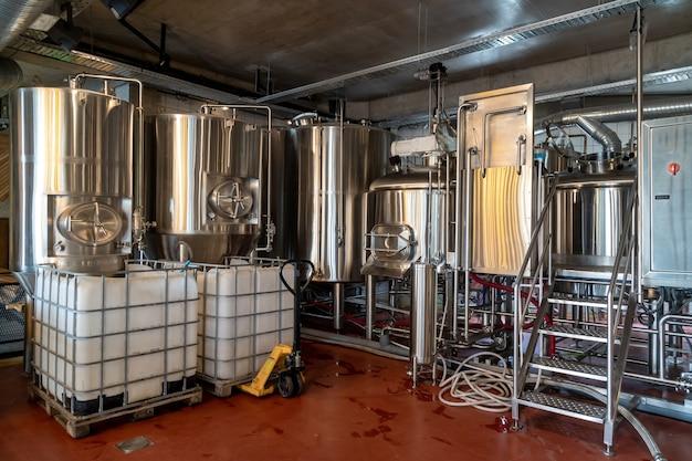 Productie van bier, stalen reservoirs en pijpen in een brouwerij, industrie