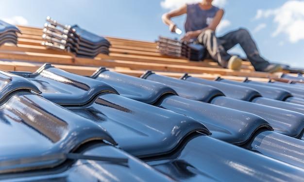 Productie van daken van keramisch gestookte pannen op een gezinswoning.