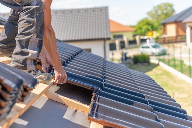 Productie van daken van keramische tegels op een gezinswoning