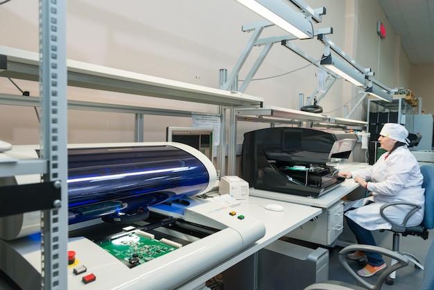 Productie van elektronische componenten bij hightech fabriek