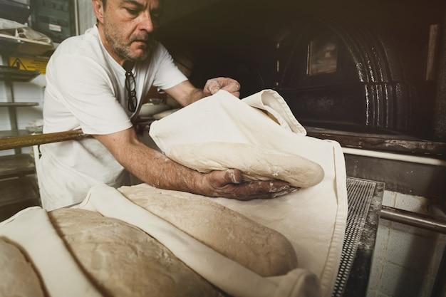 Productie van gebakken brood met een houtoven in een bakkerij