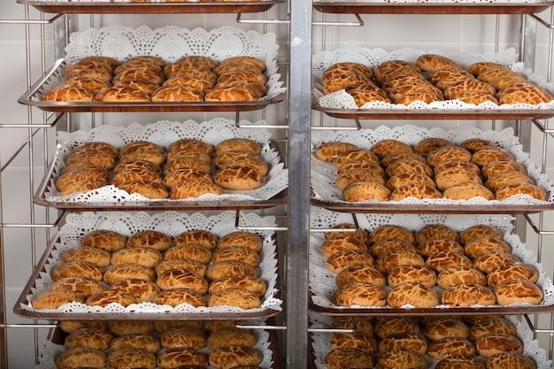 Productie van lekkere taarten in de bakkerij