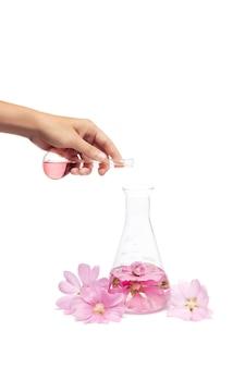 Productie van natuurlijke cosmetica voor bloemen, extract van bloemblaadjes in een chemische fles.