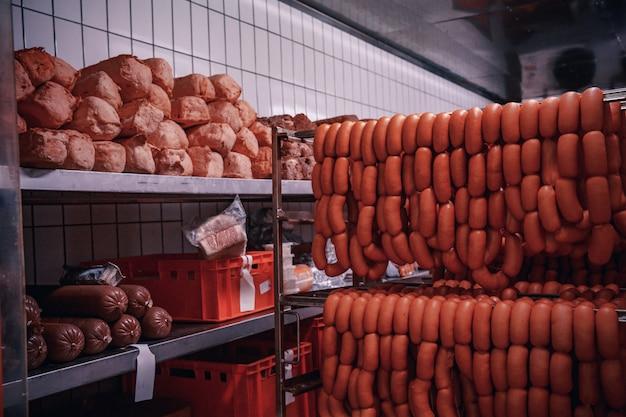 Productie van vleesproducten in de supermarkt in de supermarkt.