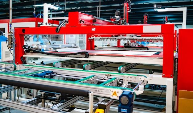 Productie van zonnepanelen. groene energieconcept. moderne productiefabriek of fabriek