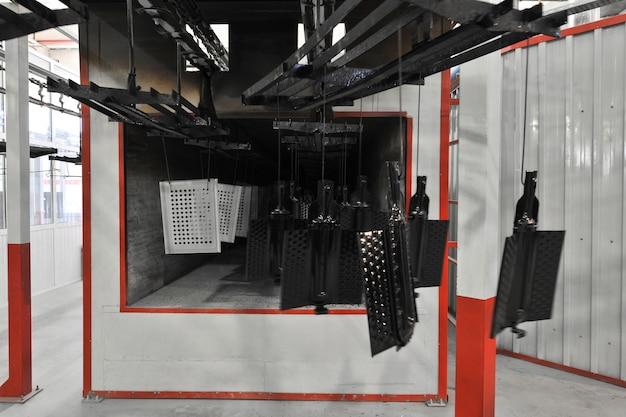 Productieatelier voor het drogen van geverfde delen van de oven op een transportband