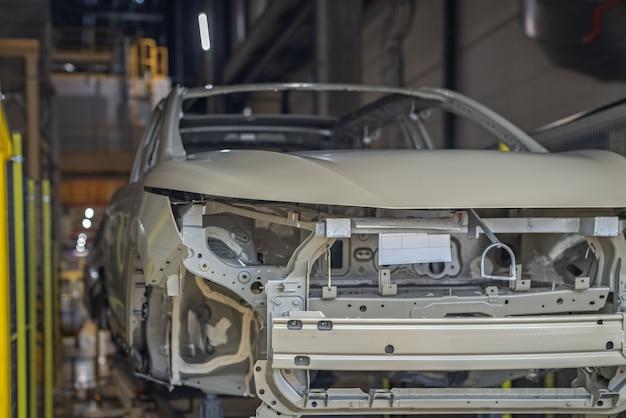 Productielijn van autofabriek, spuiterij, transportband. afgewerkt product
