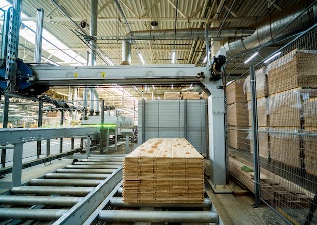 Productielijn van de houten vloer fabriek. cnc automatische houtbewerkingsmachine.
