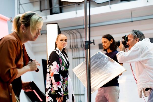 Productiemedewerker die met een model in de studio werkt
