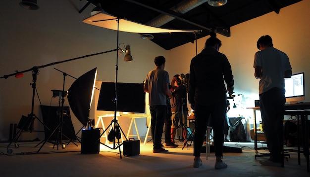 Productieteam dat een videofilm maakt voor tv-commercial met studioapparatuur.
