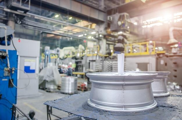 Productieworkshop met speciale apparatuur. productie van de lichtmetalen velgen