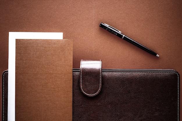 Productiviteit werk en zakelijke levensstijl concept vintage zakelijke aktetas op de office tafel bureau flatlay achtergrond