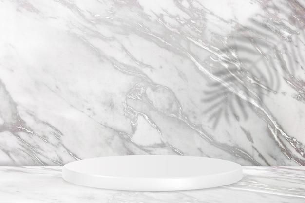 Productvertoningspodium met marmeren muur en bladerenschaduw