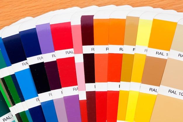 Proef een breed scala aan kleuren op houten oppervlakken