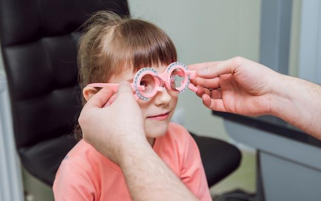 Proefframe. brilrecept voor een kind. hypermetropie van het kind. bijziendheid van het kind. bijziendheid van het kind. bijziendheid van het kind. ametropiecorrectie met bril.