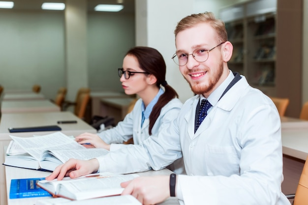 Proefschrift. achtergrond een medische student voor handboeken in de verpleegschool.