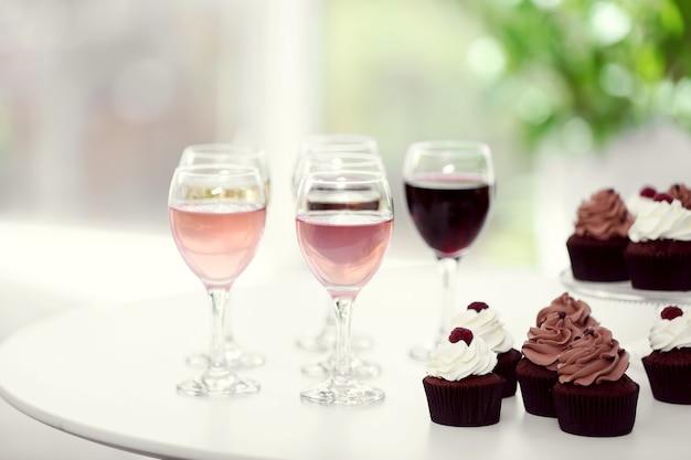 Proeverij van wijn en chocolade cupcakes, close-up