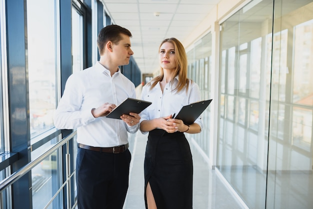 Professionals die een discussie voeren in een kantooromgeving.