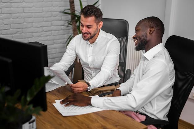Professionals die samenwerken op kantoor