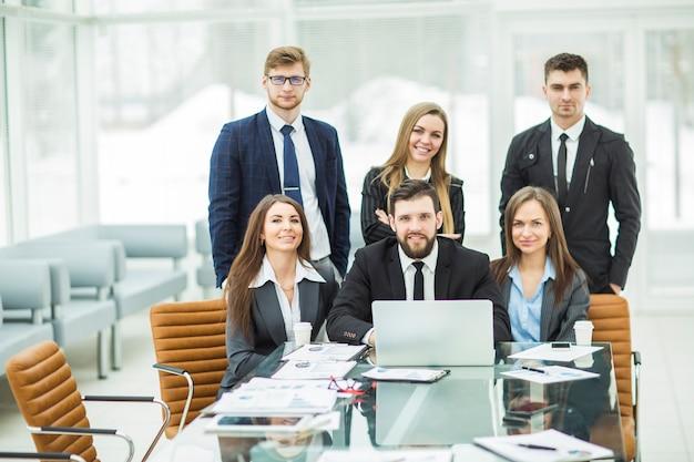 Professioneel business team op de werkplek op kantoor.
