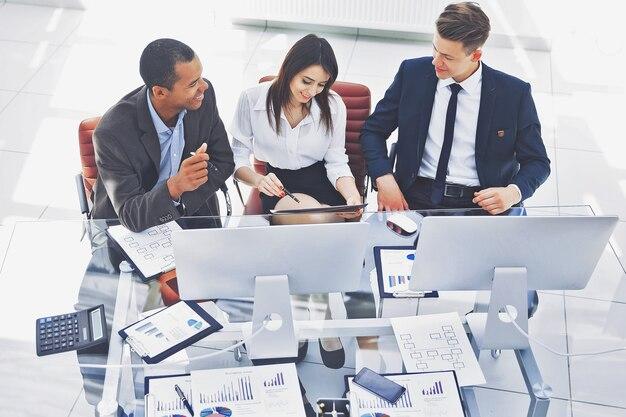 Professioneel business team zit aan de balie op kantoor. foto met kopieerruimte