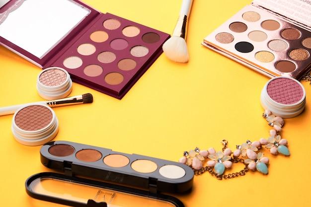 Professioneel cosmetica-palet met oogschaduw make-up kwasten bijgesneden look.