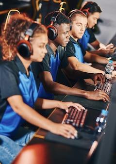 Professioneel cybersportteam dat een koptelefoon draagt die deelneemt aan esporttoernooien die online spelen
