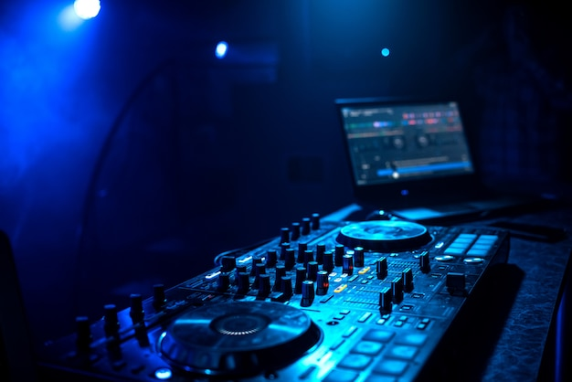 Professioneel dj-muziekcontrolemechanisme in cabine in nachtclub