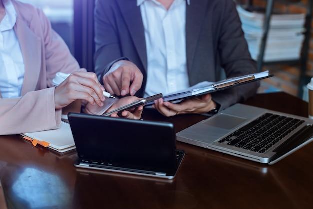 Professioneel executive business team brainstormen over ontmoeting tot planning van investeringsproject werken en strategie om een gesprek te voeren met partner en overleg op kantoor