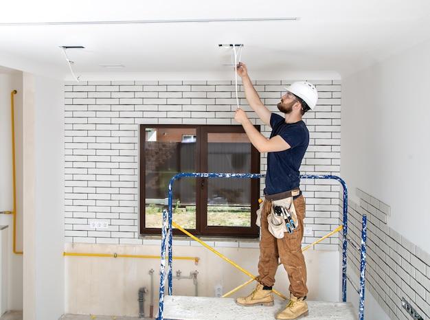 Professioneel in overall met gereedschap op de reparatielocatie over de volle lengte. home renovatie concept.