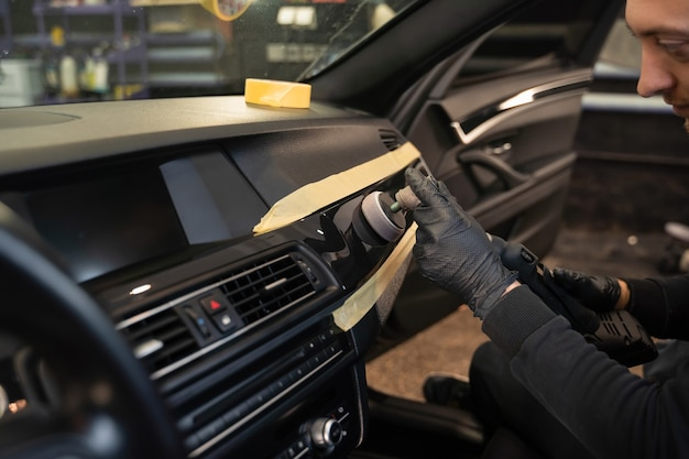 Professioneel polijsten van auto-interieurbekleding.