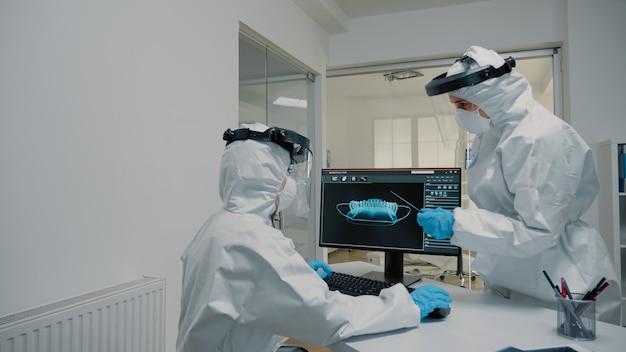 Professioneel stomatologisch team dat röntgenfoto's van tanden analyseert