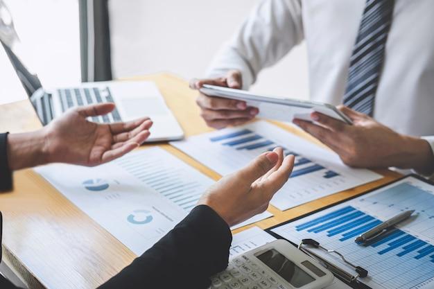 Professioneel uitvoerend zakelijk collega-team dat werkt en analyseert met een nieuw project voor boekhoudfinanciën, het presenteren van ideeën en vergaderstrategieën voor financiële bedrijfsinvesteringen