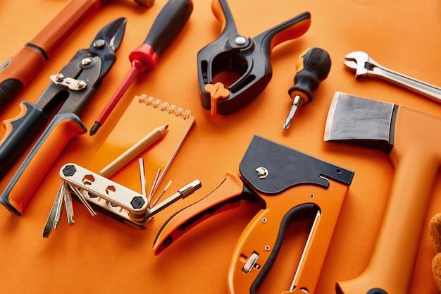 Professioneel werkplaatsinstrument. timmermansgereedschap, bouwmateriaal, schroevendraaier en stapels, hamer en bijl