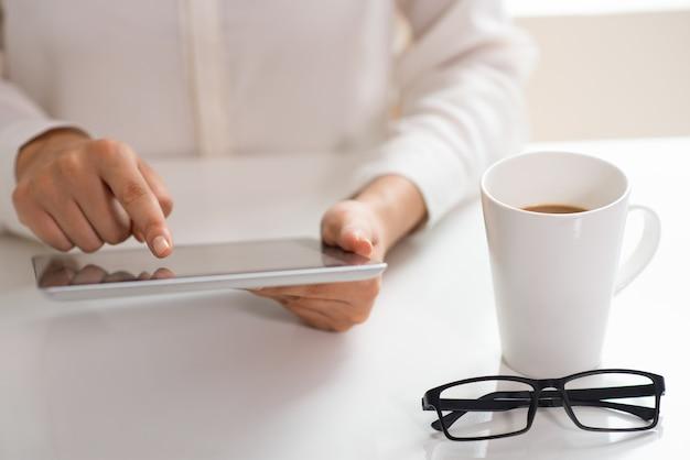 Professioneel werkt nog steeds tijdens de koffiepauze