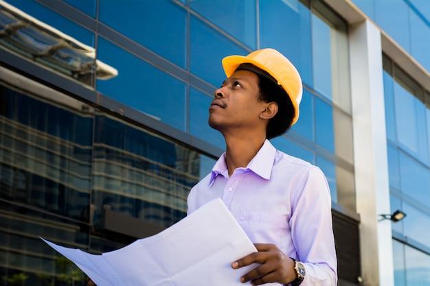 Professionele architect die in helm weg kijkt