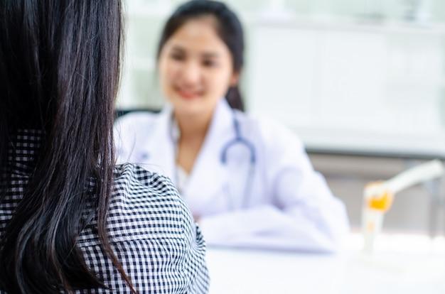 Professionele arts die patiënt in het ziekenhuis ontvangt