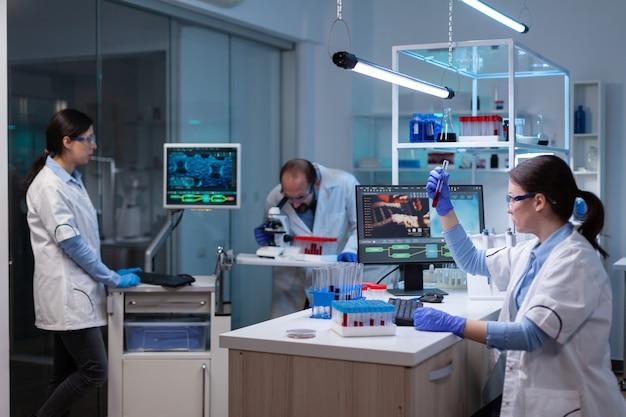 Professionele arts-wetenschapper die in de computer kijkt en dna-beeldscan analyseert