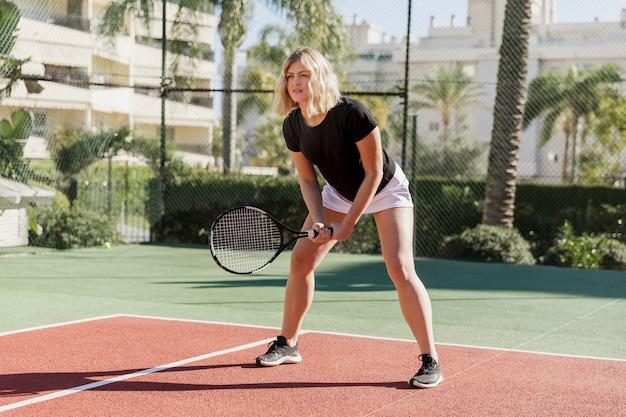 Professionele atleet die bal voorbereidingen treft te raken