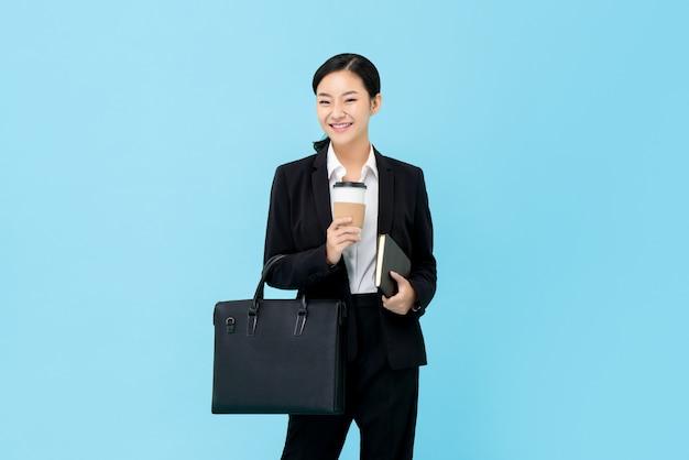 Professionele aziatische onderneemster in formeel kostuum