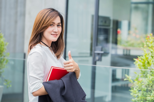 Professionele aziatische zakelijke vrouwen. werkende vrouwen glimlachen gelukkig genieten van levensstijl.