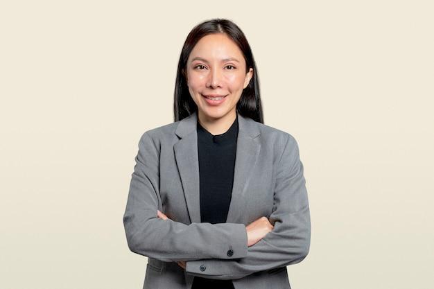 Professionele aziatische zakenvrouw in een grijze blazer