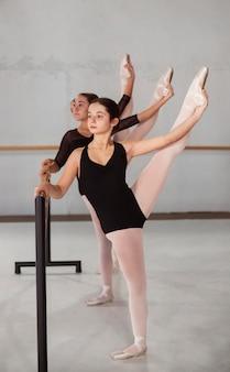 Professionele ballerina's oefenen samen terwijl ze maillots dragen