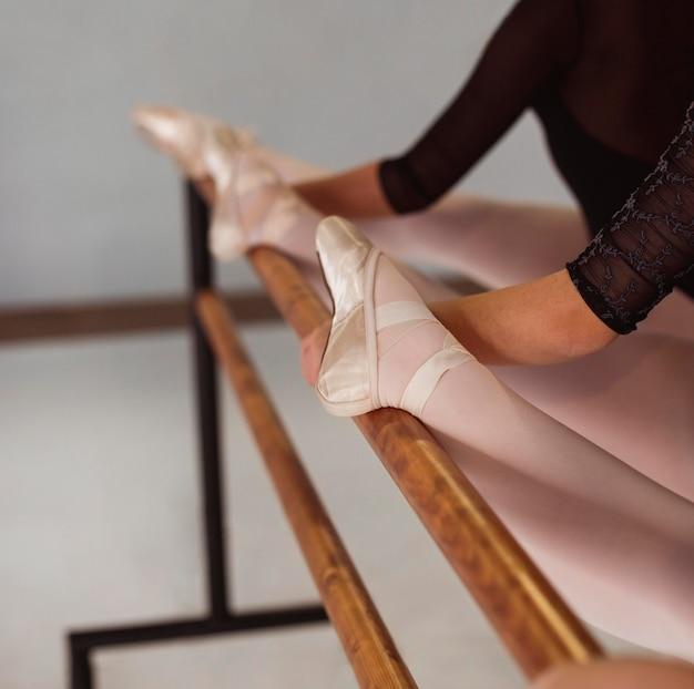 Professionele ballerina's trainen terwijl ze spitzen dragen
