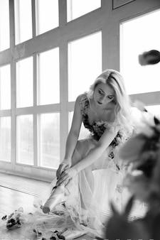 Professionele ballerina zetten haar balletschoenen. zwart-wit foto