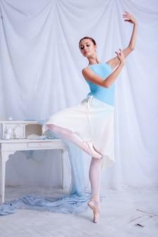 Professionele balletdanser poseren op wit