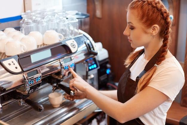 Professionele barista tijdens het werk in café