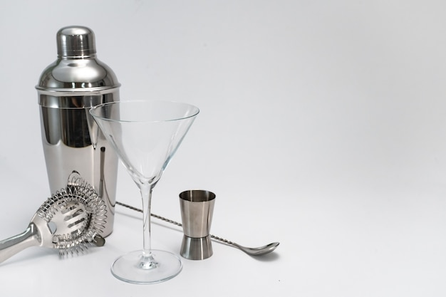 Professionele barman kit set cocktail shaker bar lepel hawthorne zeef op witte achtergrond