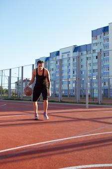 Professionele basketbalspeler met de bal op het veld