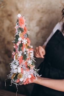Professionele bloemist doet boeket bloemen en nieuwjaar en kerst deciratie